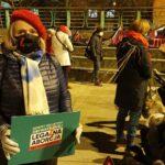 Wanda Nowicka stoi na gliwickiej manifie, trzyma tabliczkę z napisem Legalna Aborcja bez Kompromisów